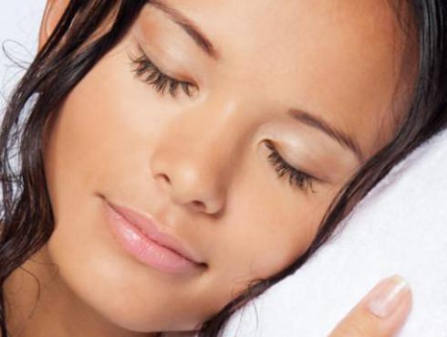5 problemas que se generan por dormir con el cabello mojado