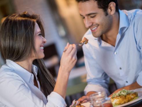 7 alimentos que debes evitar en una cena romántica