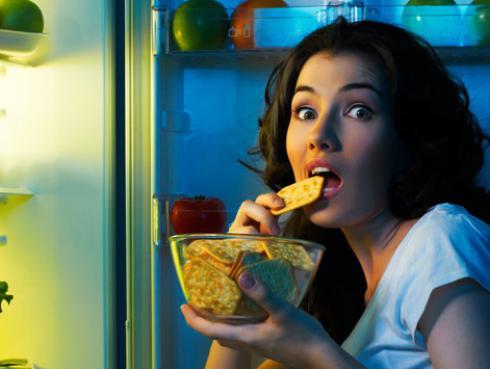 Así es como debes comer en las noches para bajar de peso