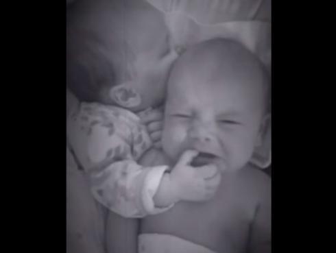 Bebé de 6 semanas calma el llanto de su hermanito