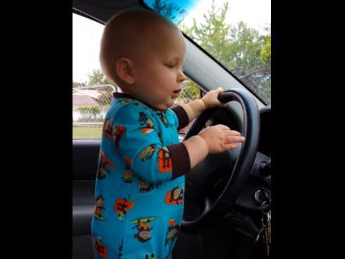 ¡Bebé no quiere que bajen el volumen de su canción favorita! Mira su reacción AQUÍ...(VIDEO)