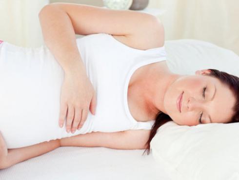 ¿Cuál es la posición correcta para dormir durante el embarazo?