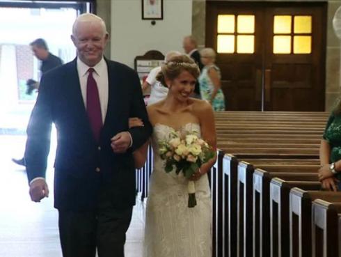 Te conmoverá saber por qué ella escogió a este hombre para que la acompañe al altar