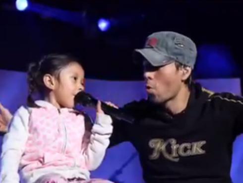 Enrique Iglesias cantó con una niña en concierto
