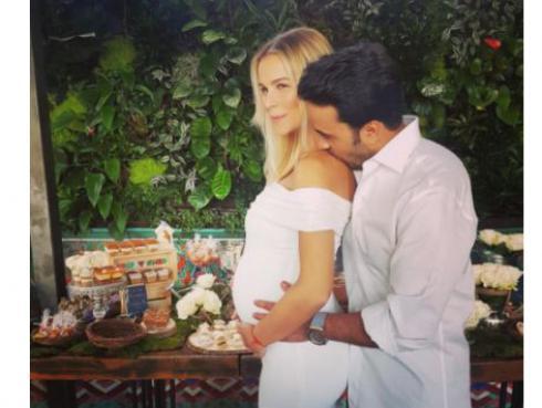 Esposa de Luis Fonsi presume embarazo en redes sociales