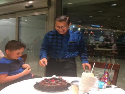 Este hombre quiso celebrar su cumpleaños con su familia, pero mira lo que pasó...