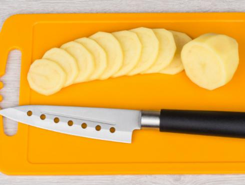 Evite contaminar sus alimentos, use tablas de picar de plástico