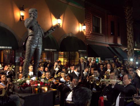 Juan Gabriel y todos los homenajes que le dedican tras su muerte [VIDEOS]