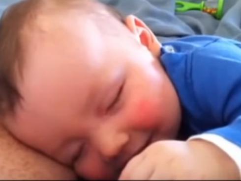 ¡Insólito! ¡Bebé se ríe mientras duerme! (VIDEO)