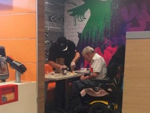 Joven abandonó sus labores para ayudar a un anciano a alimentarse