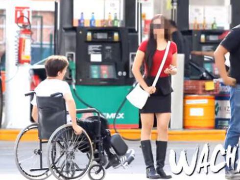 ¡Joven en silla de ruedas invita a salir a una señorita y ella reacciona así!...¡Te sorprenderás!