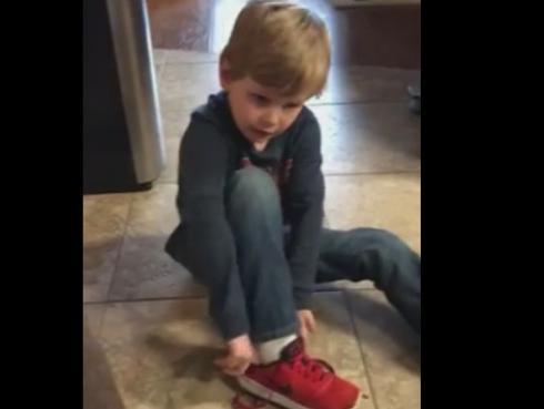¡Mira a este niño amarrarse las zapatillas con un sencillo truco! (VIDEO)