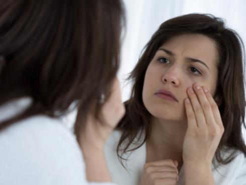 Tips para eliminar las bolsas de los ojos