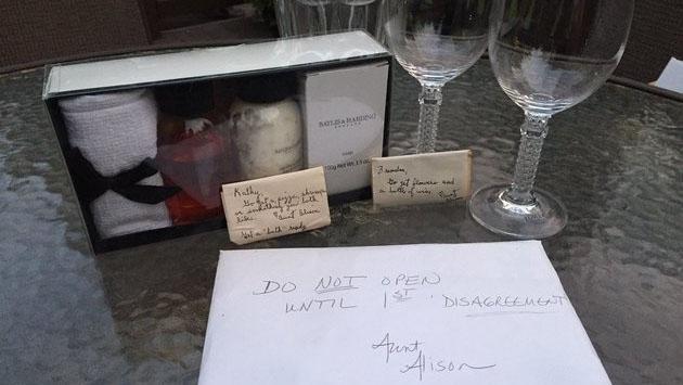 ¡La sorpresa que se llevaron al abrir este regalo de bodas después de 9 años!
