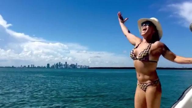 Alejandra Guzmán muestra su abdomen tonificado con sensual baile [VIDEO]