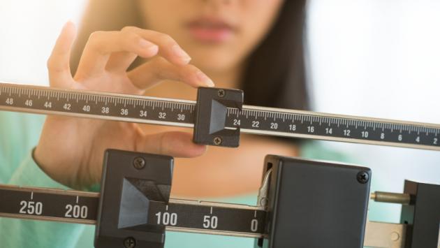 Pesarte con frecuencia te puede ayudar a bajar de peso