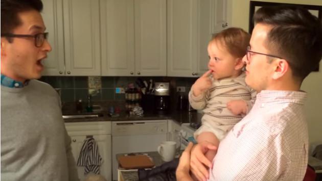 Bebé queda desconcertado tras conocer al gemelo de su padre