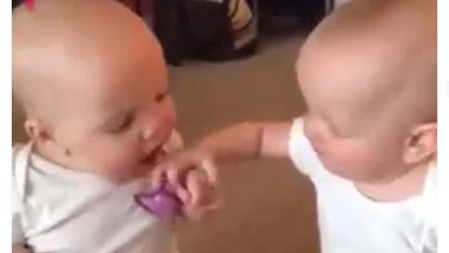 Bebés gemelos se convierten en viral en redes sociales