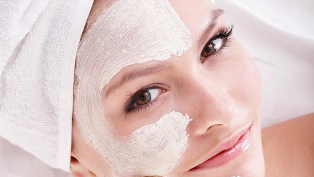 ¡Descubre cómo eliminar naturalmente los puntos negros y las espinillas del rostro!