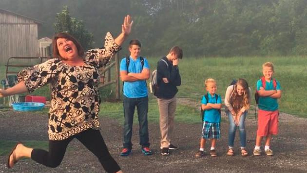¡Divertida foto de una madre despidiéndose de sus hijos porque regresan a clases causa revuelo en Facebook!