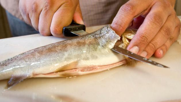 Elimina el olor a pescado de tus manos con tomate