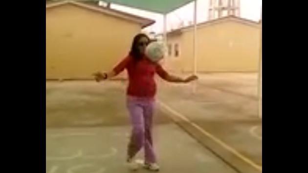 Embarazada está a punto de dar luz y hace dominadas con pelota de fútbol