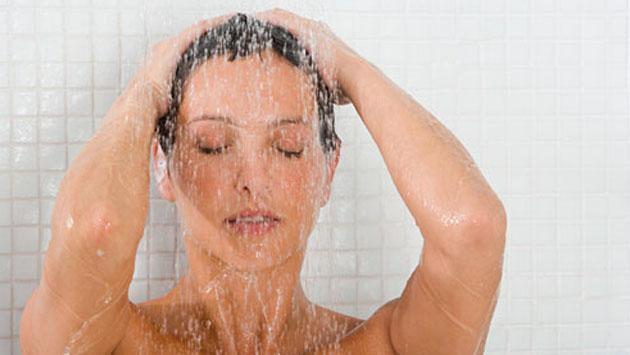 ¿Es mejor bañarse con agua fría o caliente?
