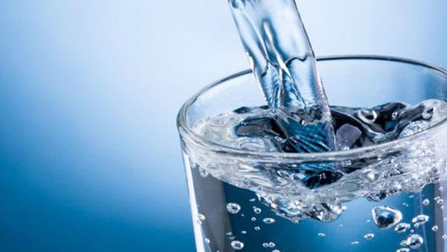 ¿Es mejor tomar agua fría o caliente para bajar de peso?