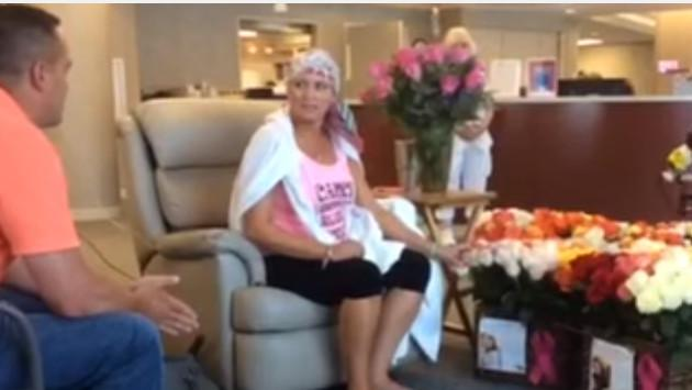 Esposo sorprende con cientos de rosas a esposa quien padece cáncer