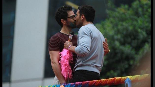 Ex integrante de 'RBD' sorprende dándose beso con actor durante desfile gay en Brasil