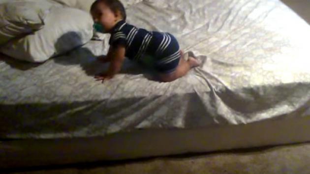 Bebé sorprende por su astucia para bajarse de la cama