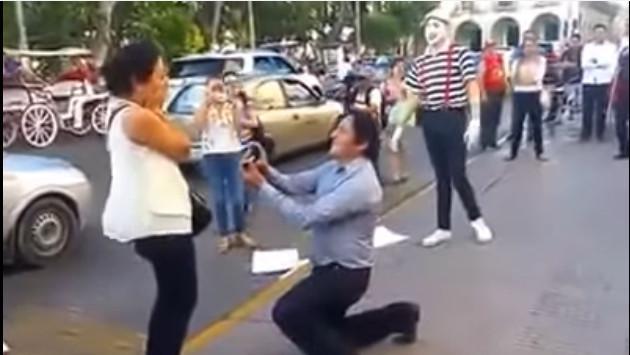 ¡Hombre sorprende a su pareja en plena calle y le pide matrimonio! (VIDEO)
