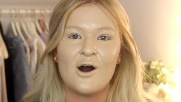 ¡Joven sorprende colocándose más de 100 capas de base de maquillaje!