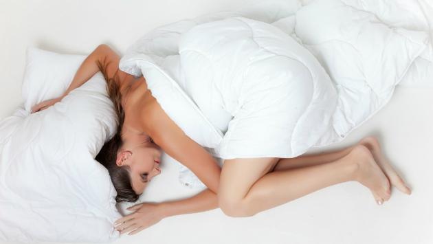 Conoce los beneficios de dormir desnuda