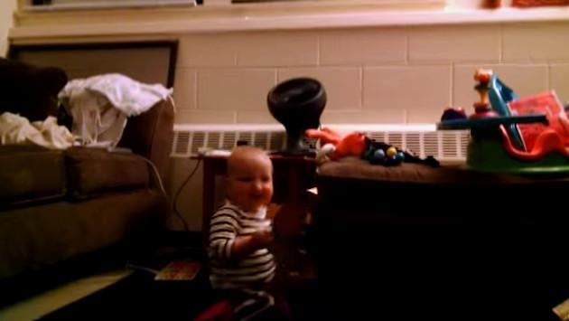 ¡Mira a este bebé emocionarse y bailar al abrir una tarjeta musical!