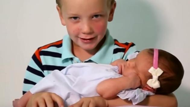 Mira cómo 6 hermanos reciben a su primera hermanita