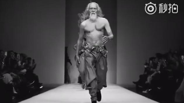 ¡Modelo de 80 años causa sensación en Facebook!