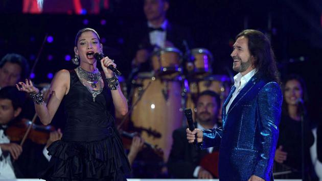 Natalia Jiménez presume embarazo en los Billboard Latin Awards 2016