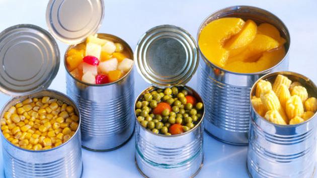 ¿Guardas latas abiertas en la refrigeradora? Mira el error que estás cometiendo