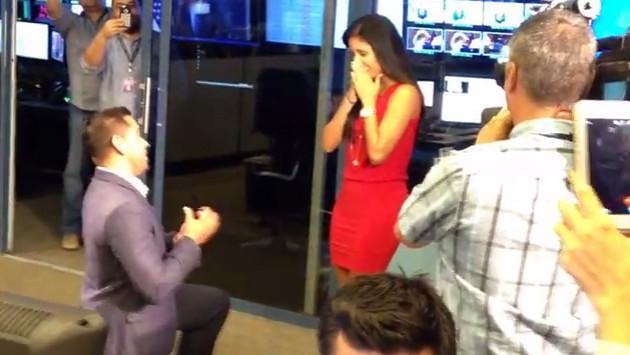 Periodista peruana de 'Telemundo Miami' recibió propuesta de matrimonio en canal de televisión