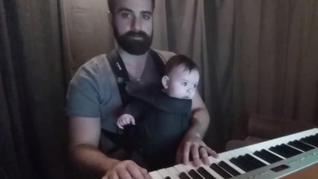 Pianista duerme a su hijo en segundos
