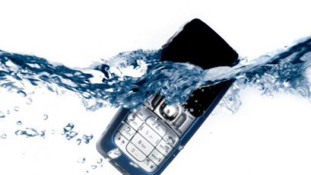 ¿Qué hacer si tu celular se cae al agua?