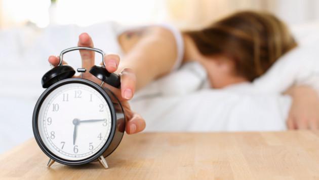 Posponer el despertador puede generarte problemas de sueño