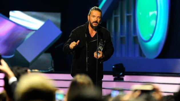 Ricardo Arjona  cantó por primera vez en los Premios Billboard y recibió premio 'Trayectoria'