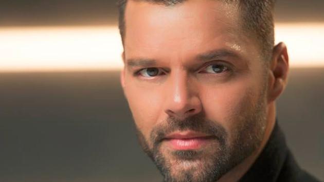 Ricky Martin da consejos de amor y publica foto cocinando