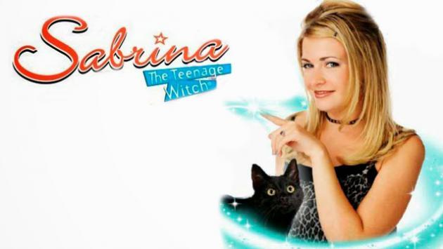 Sabrina 'la bruja adolescente' se luce en ropa de baño a los 40 años