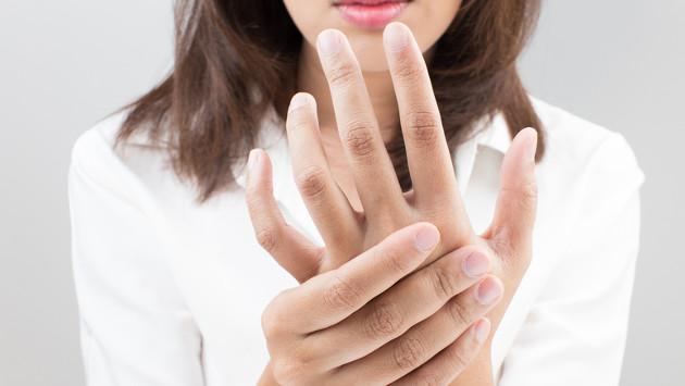 ¿Se te han adormecido las manos cuando duermes? ¡Averigua aquí el porqué!