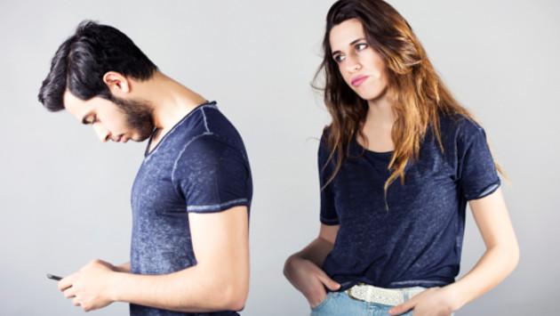 Si dices que confías mucho en tu pareja, ¿dejarías que revise tu celular?
