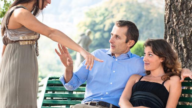 ¿Si encuentras por casualidad a tu pareja con alguien que no conoces como actuarías?