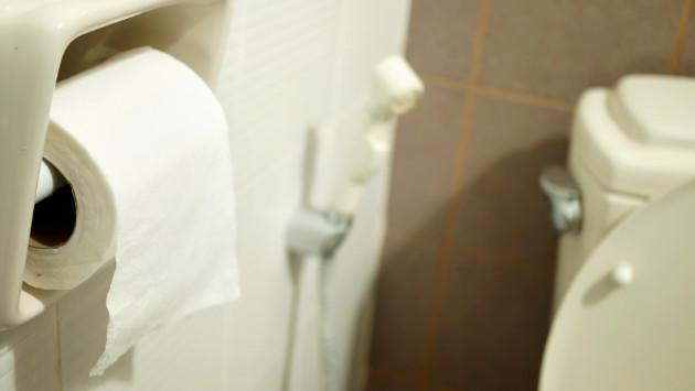 Si eres de los que pone papel en el inodoro público cuando vas a utilizarlo, ¡entérate aquí por qué no deberías hacerlo!